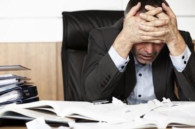 patron stressé ne retrouve pas ses notes